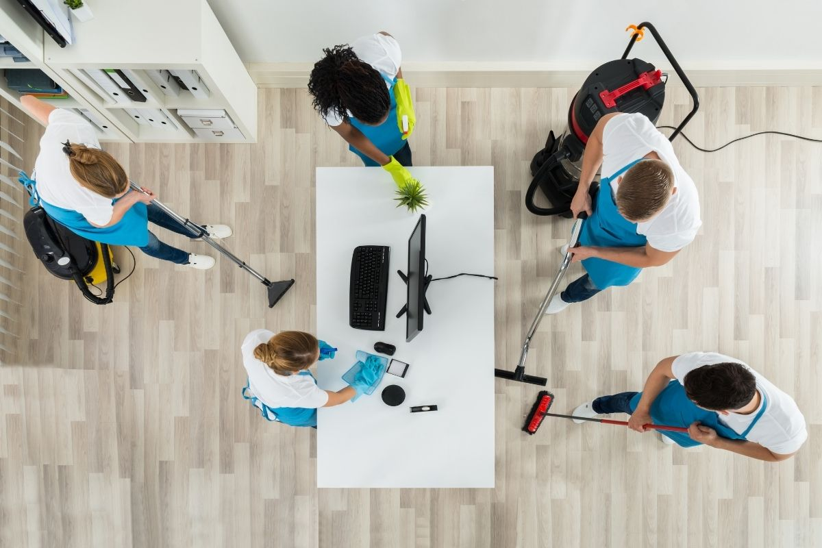Reinigungskräfte reinigen Büro Cosy Clean